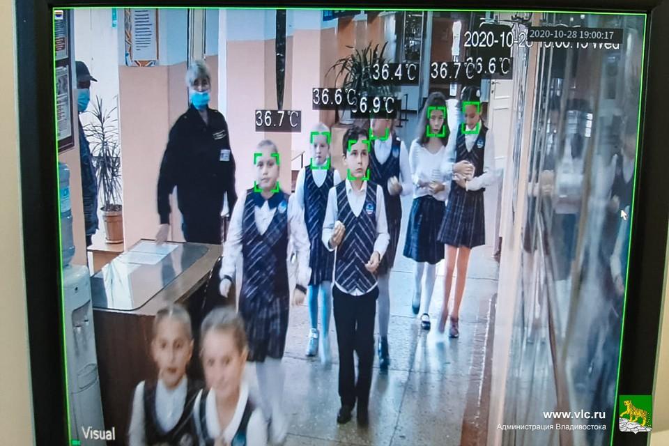 На экране монитора можно видеть температуру тела каждого, проходящего перед камерой