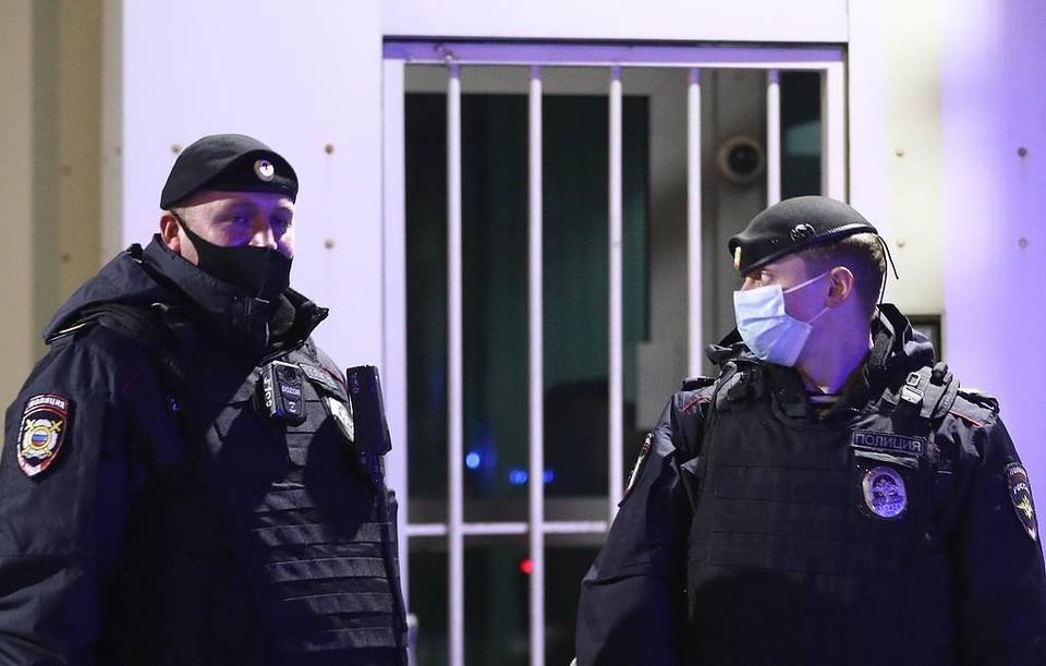 Неизвестный напал на полицейских возле здания входа в ГУ МВД. Фото: Михаил Терещенко/ТАСС