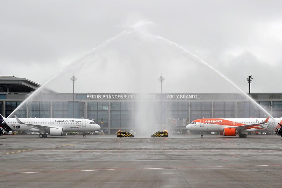 Сегодня в аэропорту одновременно приземлились два самолета: авиакомпании Easyjet из берлинского аэропорта Тегель и рейс Lufthansa из Мюнхена