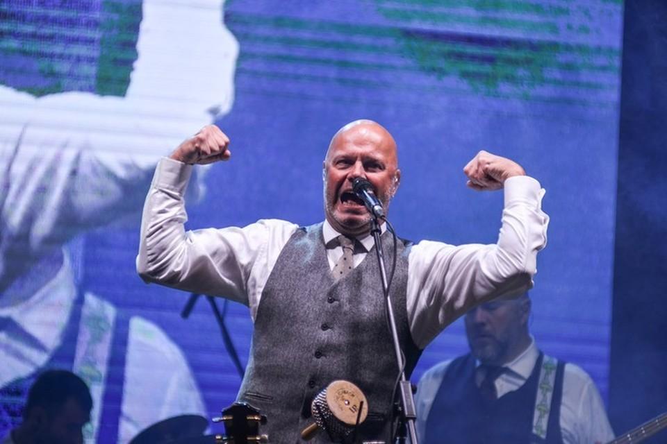 Алексей Кортнев во время выступления в Новосибирске осенью 2019 года, когда еще мир не знал про новый коронавирус.