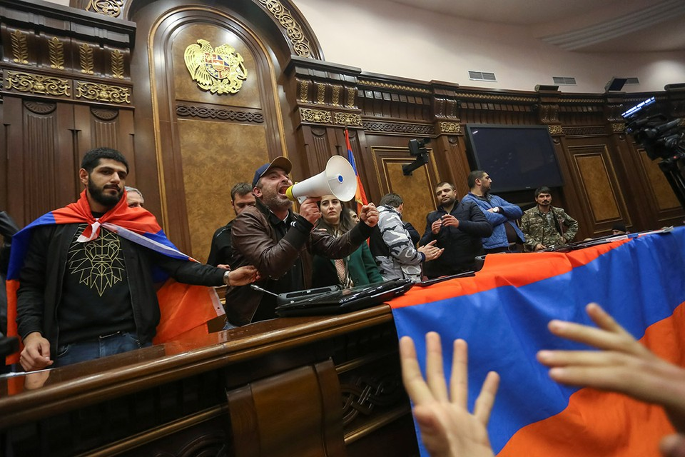 """В соответствии с принципом """"Есть у революции начало, нет у революции конца"""" резиденцию революционера Н. В. Пашиняна погромило следующее поколение армянских революционеров."""