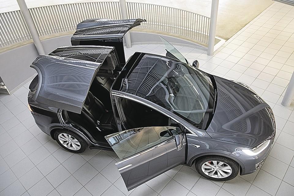 Производитель электрокаров «Тесла» в этом году стал самой дорогой автомобильной компанией мира, обогнав «Тойоту». На снимке - модель Tesla X. Фото: dpa/picture-alliance/globallookpress.com