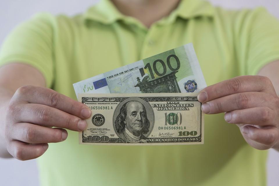 Курс доллара на открытии торгов Мосбиржи вырос на 0,12%, до 76,15 руб., евро - на 0,55%, до 90,68 руб.