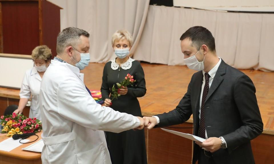 Врачам детской областной клинической больницы вручили почётные грамоты. ФОТО: Кирилл Мартынов
