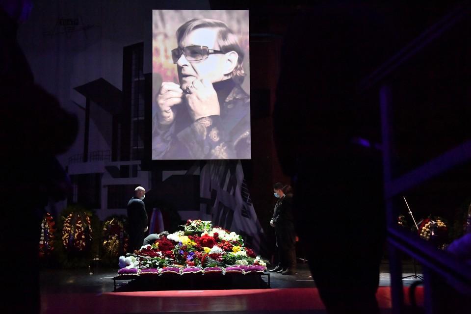 В Москве простились с режиссером Романом Виктюком.
