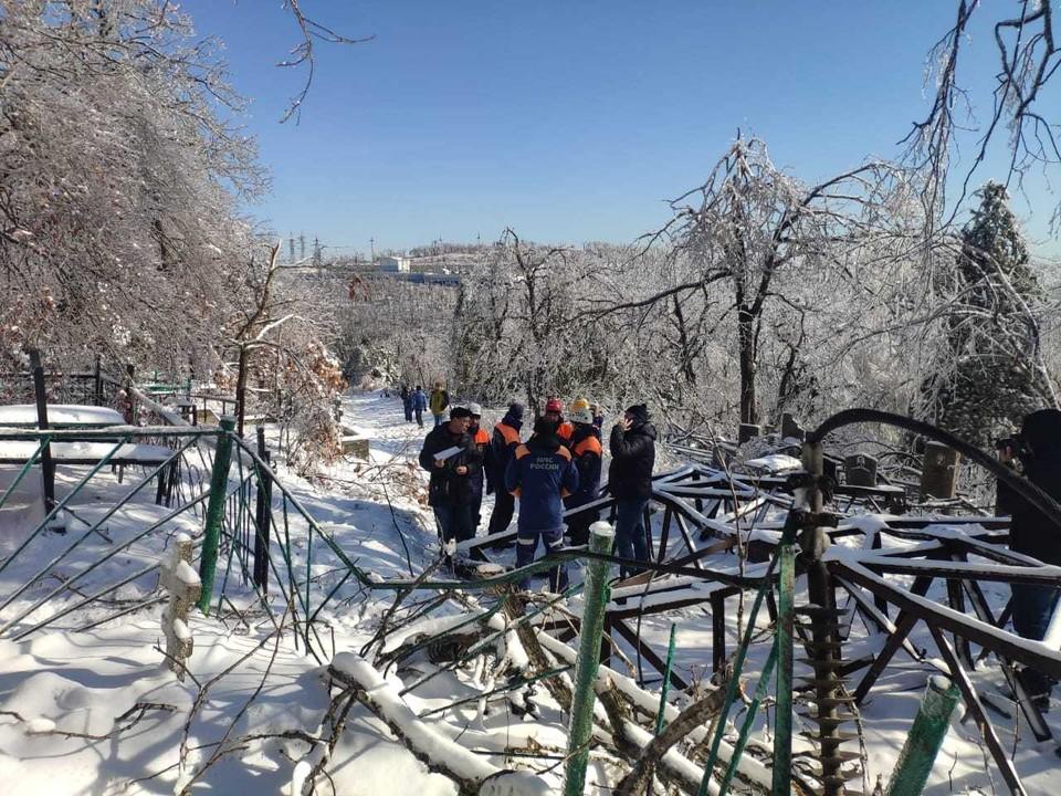 Энергетикам помогают сотрудники МЧС, военнослужащие. Фото: ДРСК