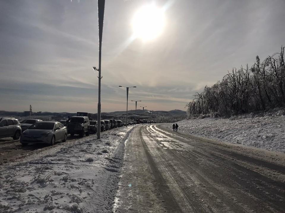 Приморцы пытаются выехать с Русского острова. Фото предоставлено читателями