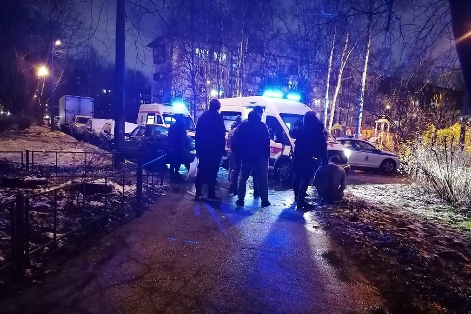 Мужчину, выбросившего ребенка в окно, возмущенные соседи побили ногами. Фото: vk.com/gerasimenko_ts