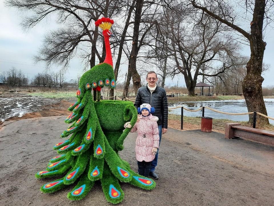 С огромным зелёным павлином сфотографировался глава района Олег Дубов. Фото:vk.com/dubov1967