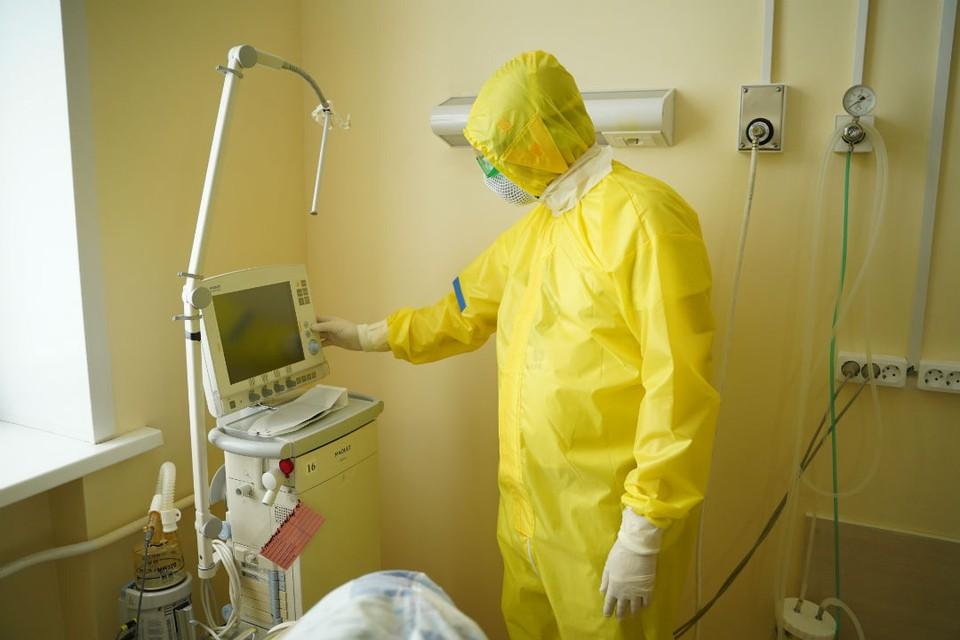 К аппаратам искусственной вентиляции легких подключены 26 заболевших новой инфекцией и 6 больных с пневмонией.