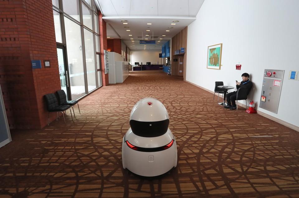 Практически любой робот-пылесос можно взломать и заставить работать на передачу звука из помещения, где он находится.