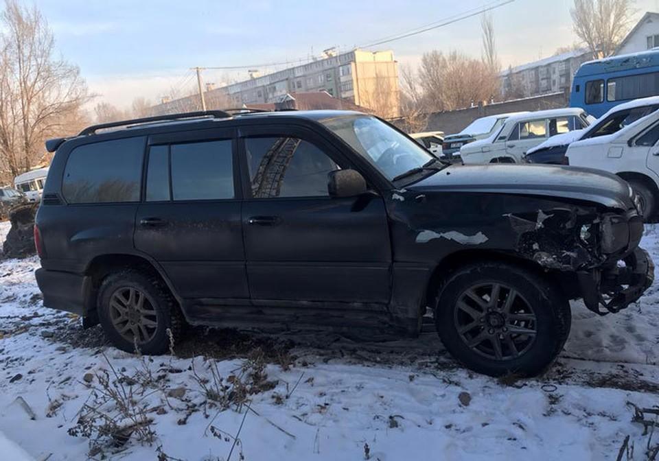На машине видны характерные повреждения.