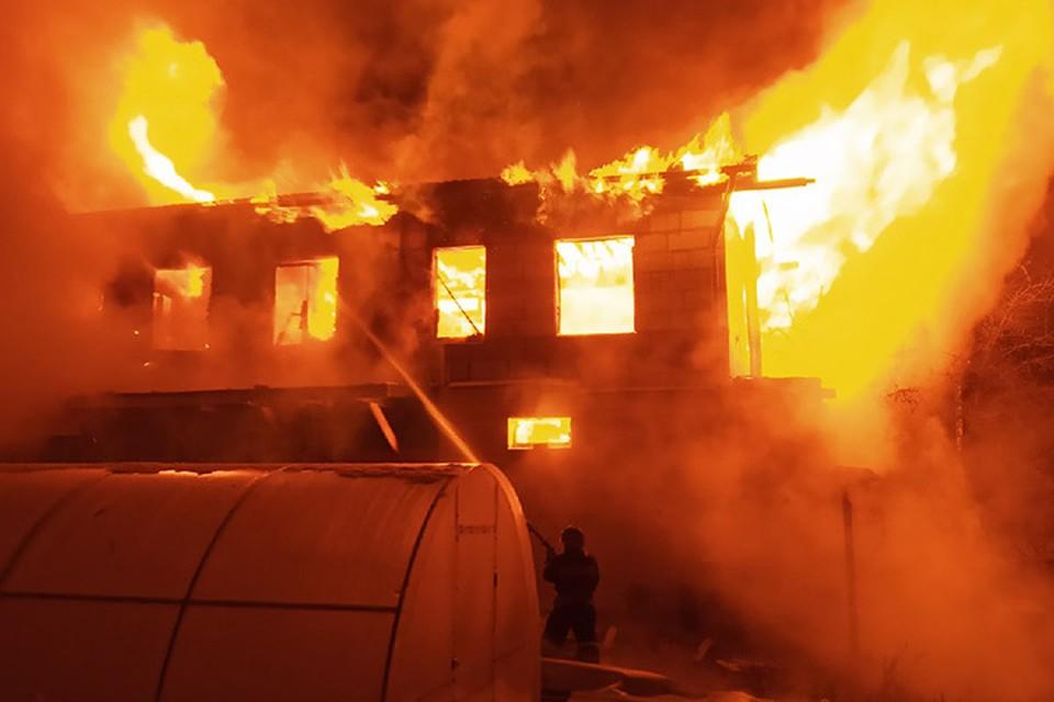 Дом сгорел на площади 300 квадратных метров. Фото: Артур Сазонов
