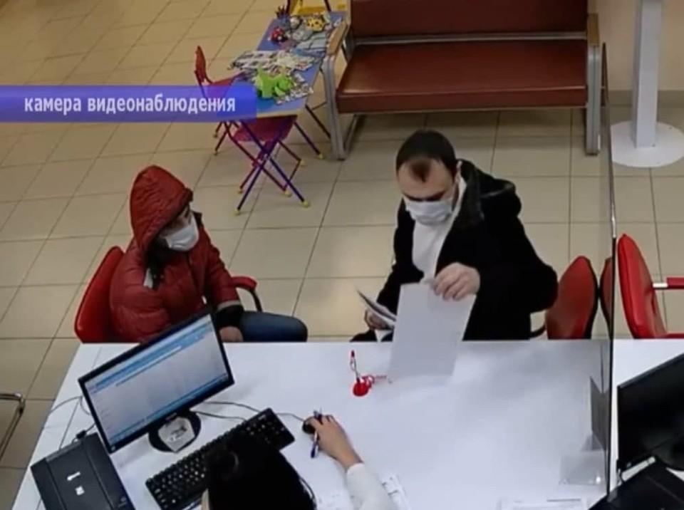 Мужчина подделывал документы и продавал квартиры умерших людей. Кадр из видео ГУ МВД России по Саратовской области