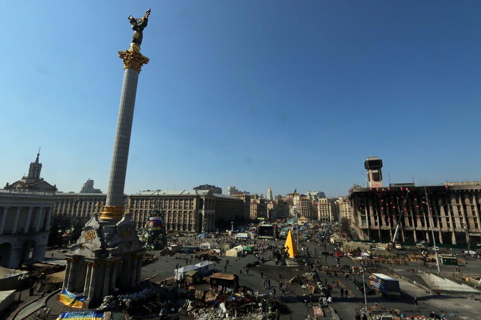 Киев, 2014 год. Площадь Незалежности (Независимости) и сгоревшее здание Дома Профсоюзов (справа).