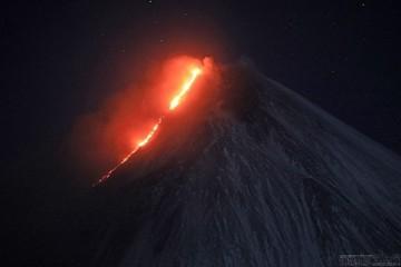 Оранжевый код опасности. На Камчатке Ключевской вулкан выпустил из кратера 7-километровый столб пепла