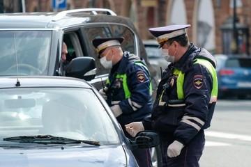 В Татарстане полицейские оставили в машине на трассе мать с двумя детьми