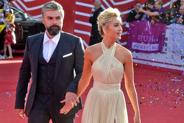 И снова красавица-блондинка: муж Полины Гагариной намекнул на роман с известной певицей