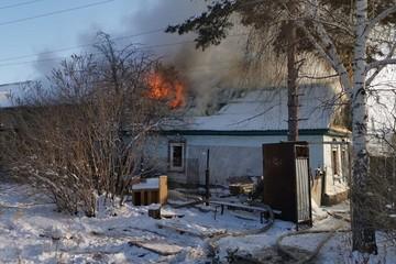Под Оренбургом в страшном пожаре погибли трое детей, за жизнь их мамы борются врачи