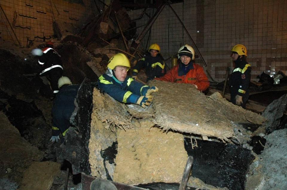 Спасатели разгребают завалы в «Дельфине». Фотография сделана 4 декабря 2005 года.
