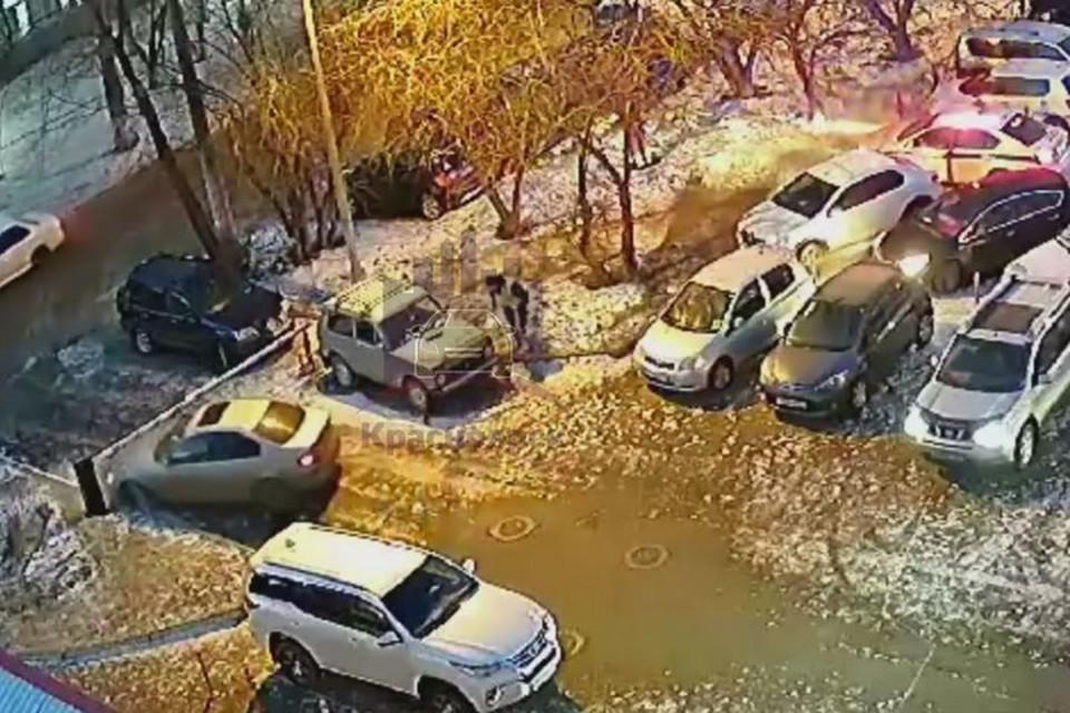 В Красноярске водитель убегал от ГИБДД и повредил три автомобиля и шлагбаум. Стоп-кадр видео ЧП Красноярск