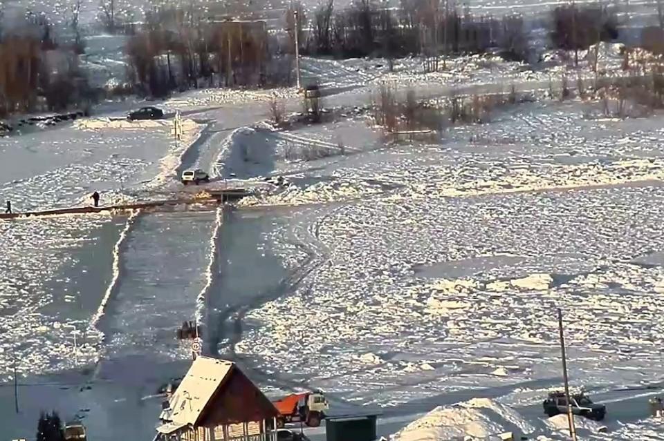К отрезанному от мира кузбасскому поселку начали строить ледовую переправу