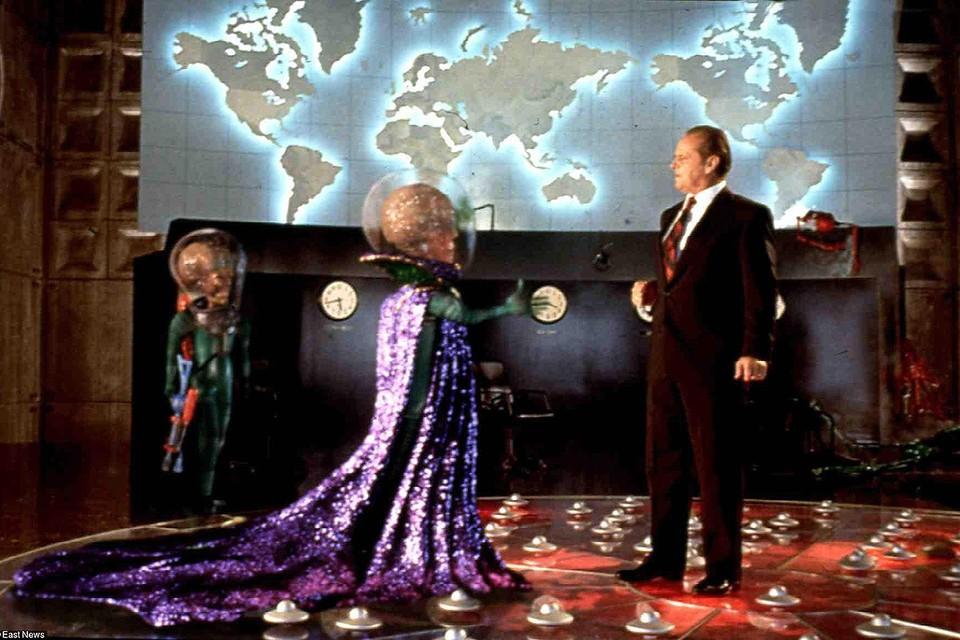 """Бывший руководитель космической программы Израиля утверждает, что представители некоей Галактической Федерации попросили правительство США пока не рассекречивать данные о существовании внеземных цивилизаций. Фото: кадр из комедии 1996 г. """"Марс атакует""""."""
