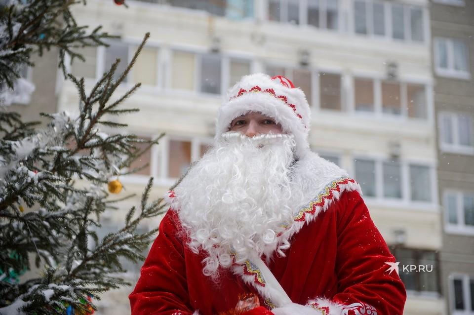Из рук Героя России подарки получили два ребенка и бабушка-ветеран.