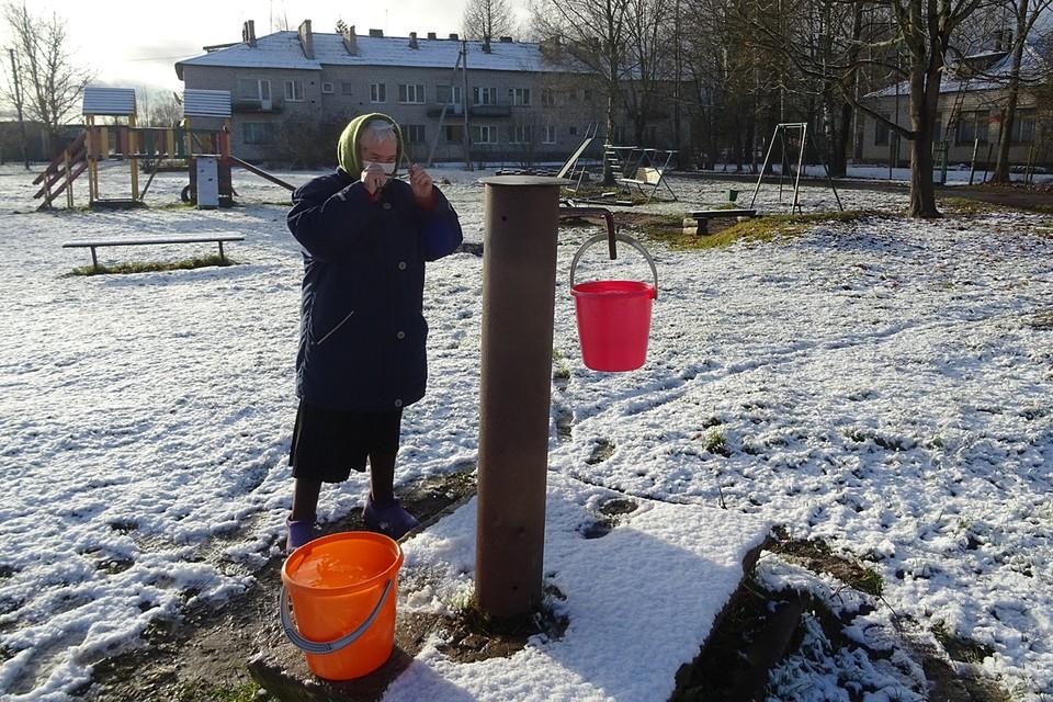 По статистике, только в трети сельских домов и квартирах Псковщины есть канализация, по оснащенности водопроводами, газификации регион в том рейтинге также на одних из последних мест