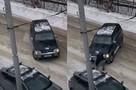 «Я мешал ему парковаться на газоне»: режиссер пожаловался на соседа, который оттащил тросом его иномарку и бросил ее на середине дороги