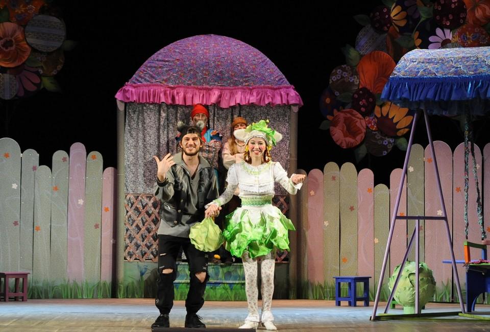Семьям можно сходить на детский спектакль - в театре драмы или в театре кукол. Фото: amurteatr.ru