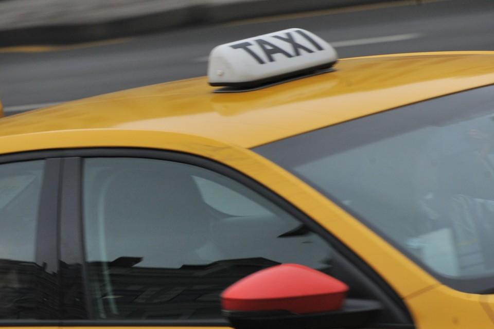 В Брянске взлетели цены на услуги такси в пятницу, 1 января. Особенно - на короткие поездки.