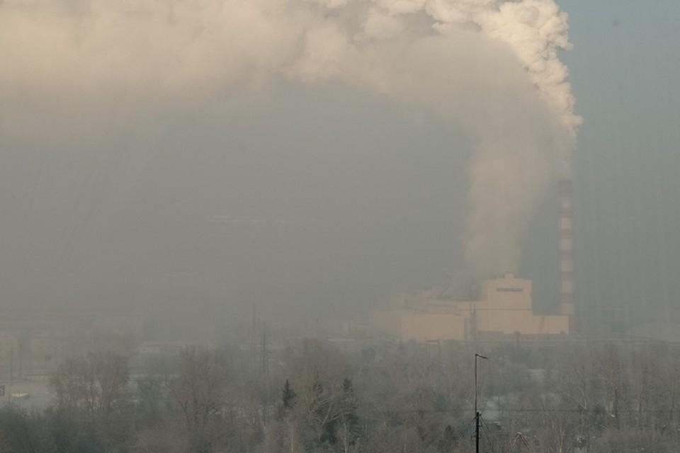 Густая дымка на улицах возникает из-за холодного воздуха и работы ТЭЦ. Фото: Алексей Алексеев.
