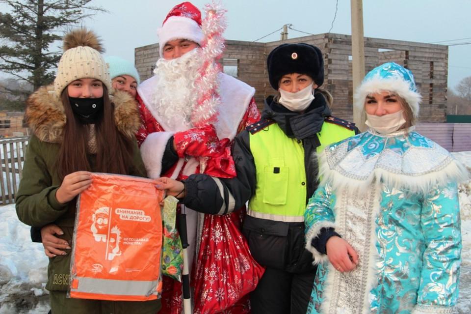 В Ханкайском округе Приморья сотрудники ГИБДД поздравляли с Новым годом водителей. Фото: пресс-служба ОМВД Росси по Ханкайскому округу