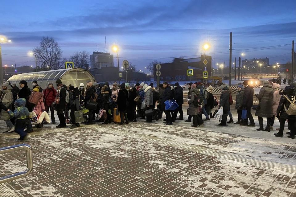 На входе в пригородный вокзал образовалась большая очередь. Фото: читатель КП-Челябинск