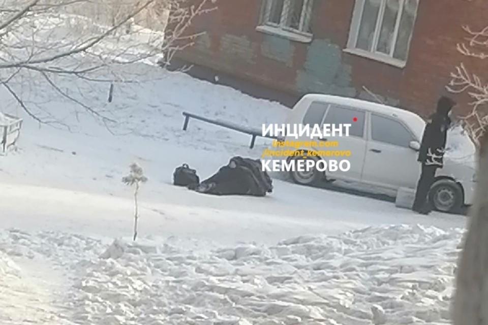 """Очевидцы сообщили о трупе мужчины в кемеровском дворе. Фото: """"Инцидент Кемероdо vk,com"""
