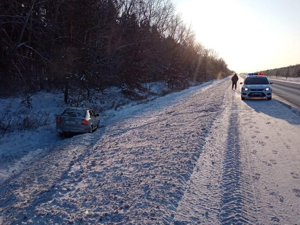 Водитель не справился с управлением и завяз в снегу на безлюдной трассе.