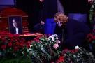 Прощание с Владимиром Кореневым: дочь актера разрыдалась у гроба, утонувшего в алых розах