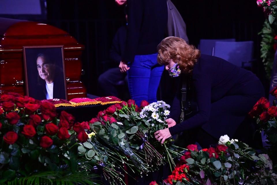 Артиста похоронили в закрытом гробу.