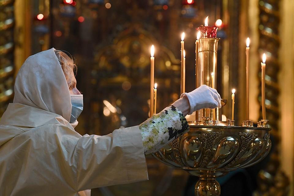 Священники призывают использовать во время служб средства индивидуальной защиты и находиться друг от друга на безопасном расстоянии.