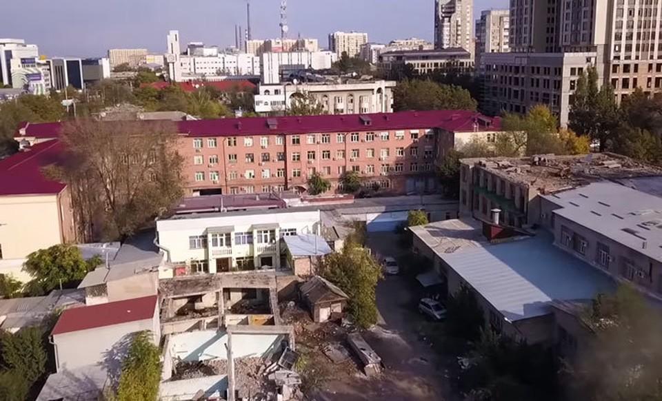 Здание типографии, к сносу которого приступили в октябре 2019 года, находится в так называемом «золотом квадрате» (Кадр видео).