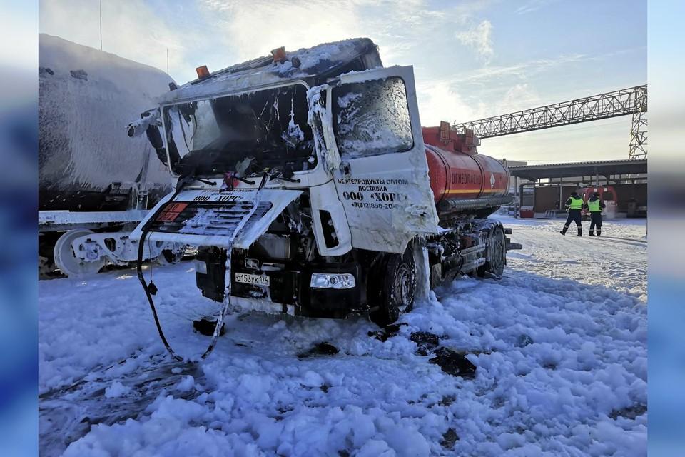 В Челябинске пожарные потушили полыхающий бензовоз. Фото: МЧС Челябинской области