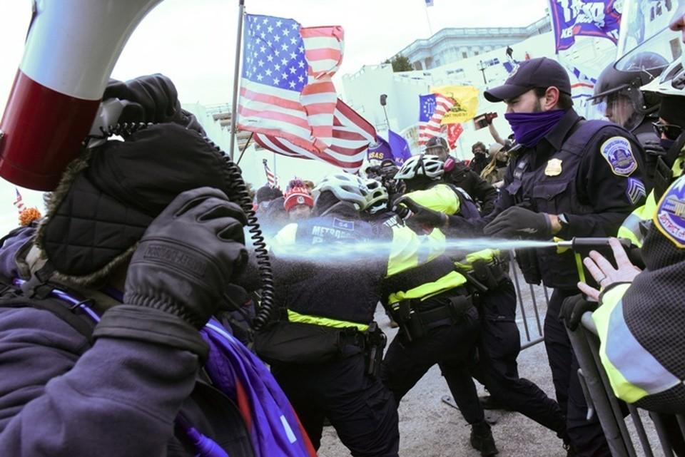 Столкновения полиции и протестующих у здания конгресса