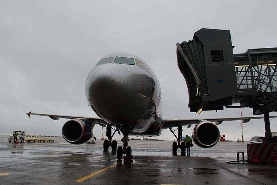 На борт самолета пустили не всех пассажиров.
