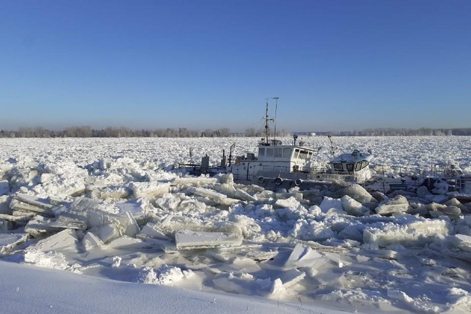 Глыбы льда раскурочили пароход и паром Фото: ЧП-Лесосибирск