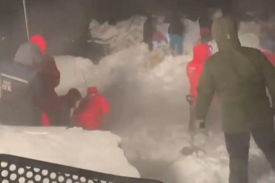 Под Норильском на севере Красноярского края на горнолыжную базу сошла снежная лавина. Стоп-кадр видео