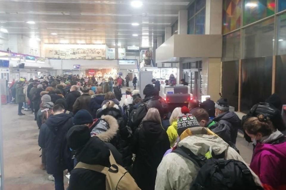 """В аэропорту """"Мурманск"""" сфотографировали длинные очереди. Фото: Ирина Фролова"""