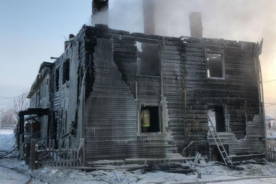В селе Ломоносово сгорел жилой дом на 12 квартир. Фото: СКР по Архангельской области