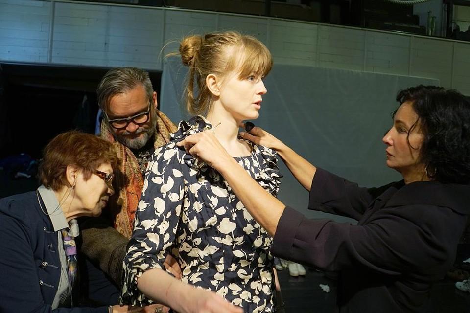Софья Эрнст (в центре) пострадала во время спектакля «Бал. XX век». Фото: МХТ им. А.П. Чехова