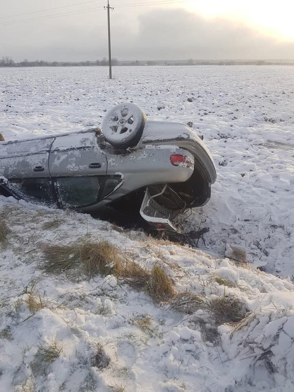 Около поселка Ржевское Славского района автомобиль перевернулся и улетел в кювет.